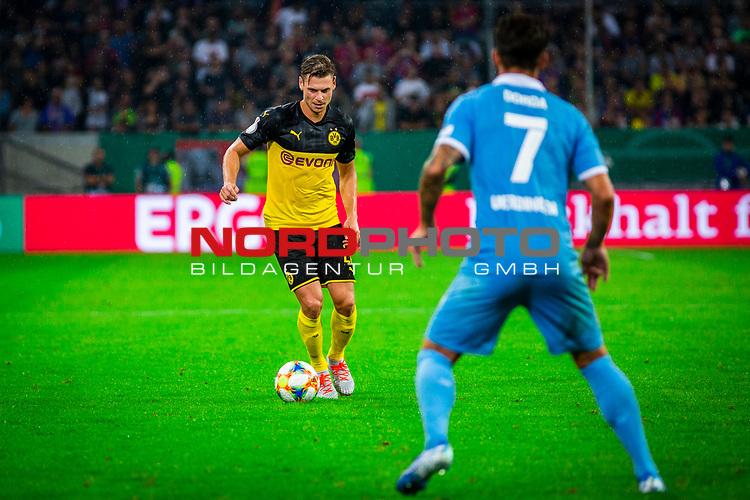 09.08.2019, Merkur Spiel-Arena, Düsseldorf, GER, DFB Pokal, 1. Hauptrunde, KFC Uerdingen vs Borussia Dortmund , DFB REGULATIONS PROHIBIT ANY USE OF PHOTOGRAPHS AS IMAGE SEQUENCES AND/OR QUASI-VIDEO<br /> <br /> im Bild   picture shows:<br /> Lukasz Piszczek (Borussia Dortmund #26) vor Christian Dorda (KFC Uerdingen #7) am Ball, <br /> <br /> Foto © nordphoto / Rauch