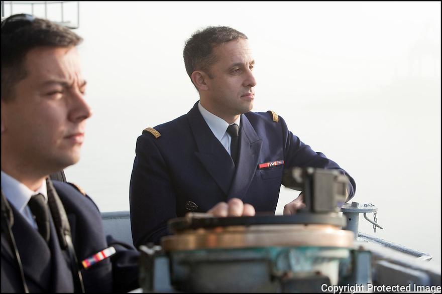 Décembre 2009/ Océan Atlantique/ Passerelle navigation.Commandant Augier (Le Pacha) et l'officier de manoeuvre le LV Benoit Bugaut