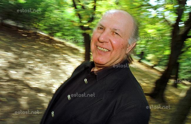 UNGARN, 04.10.2000, Budapest - II. Bezirk. Imre Kertesz (korrekt: Kert&eacute;sz), Schriftsteller. Er erhielt 2002 den Literaturnobelpreis und starb am 31.03.2016.<br /> &copy; Martin Fejer/EST&amp;OST