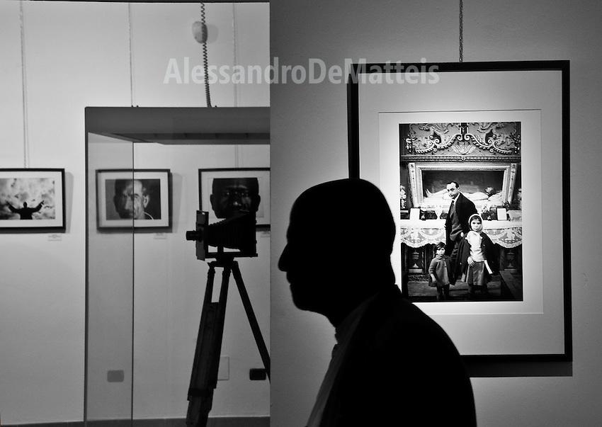 Ferdinando Scianna durante la mostra dedicata a lui dall'evento FotoArte 2012 e allestita presso il MuDi (Museo Diocesano) di Taranto. - 2 giugno 2012