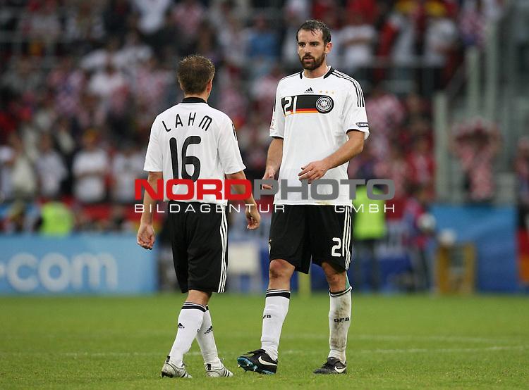 UEFA Euro 2008 Group B Match 11 Klagenfurt - Wörthersee-Stadion. Kroatien ( CRO ) - Deutschland ( GER ) 2:1 (1:0). Philipp Lahm ( Germany / Verteidiger / Defender / Bayern Muenchen #16 ) und Christoph Metzelder ( Germany / Verteidiger / Defender / Real Madrid #21 ) (l-r). Foto © nph (  nordphoto  )