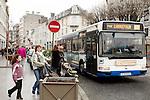 20080109 - France - Aquitaine - Pau<br /> TOUT LE CENTRE-VILLE DE PAU EST INTERDIT AUX VOITURES : SEULS PASSENT LES BUS, NAVETTES GRATUITES, VELOS ET PIETONS.<br /> Ref : CENTRE_PIETONNIER_011.jpg - © Philippe Noisette.