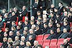 m heutigen Sonntag (15.11.2009) nahmen die Fans und Freunde des am 10.11.2009 verstorbenen Nationaltorwartes Robert Enke ( Hannover 96 ) Abschied. In der groessten Trauerfeier nach Adenauer kamen rund 100.000 Träuergaeste zur AWD Arena. Zu den VIP zählten u.a. Altkanzler Gerhard Schroeder, Bundestrainer Joachim Loew und die aktuelle DFB Nationalmannschaft, sowie Vertreter der einzelnen Bundesligamannschaften und ehemalige Vereine, in denen er gespielt hat. Der Sarg wurde im Mittelkreis des Stadions aufgebahrt. Trauerreden hielten u.a. MIniterpräsident Christian Wulff, DFB Präsident Theo Zwanziger , Han. Präsident Martin Kind <br /> <br /> <br /> Foto:  Gaeste bei der Trauerfeier - <br /> Foto: © nph ( nordphoto )  <br /> <br />  *** Local Caption *** Fotos sind ohne vorherigen schriftliche Zustimmung ausschliesslich für redaktionelle Publikationszwecke zu verwenden.<br /> Auf Anfrage in hoeherer Qualitaet/Aufloesung