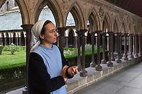Europe/France/Normandie/Basse-Normandie/50/Manche: Baie du Mont Saint-Michel, classée Patrimoine Mondial de l'UNESCO, Mont Saint-Michel:  Soeur Claire Annaël  de la communauté des Fraternités Monastiques dans le cloître de l'ababtiale <br />  [Non destiné à un usage publicitaire - Not intended for an advertising use]<br /> // Europe/France/Normandie/Basse-Normndie/50/Manche: Bay of Mont Saint Michel, listed as World Heritage by UNESCO,  The Mont Saint-Michel:  Soeur Claire Annaël,  Monastic Fraternities of Jerusalem [Non destiné à un usage publicitaire - Not intended for an advertising use]