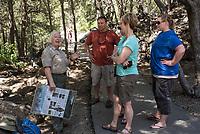 Eine ehrenamtliche Park Rangerin bei einer Fuehrung mit Touristen am Roaring River im Kings Canyon im Sequoia National Park im US-Bundesstaat Kalifornien.<br /> 7.6.2017, <br /> Copyright: Christian-Ditsch.de<br /> [Inhaltsveraendernde Manipulation des Fotos nur nach ausdruecklicher Genehmigung des Fotografen. Vereinbarungen ueber Abtretung von Persoenlichkeitsrechten/Model Release der abgebildeten Person/Personen liegen nicht vor. NO MODEL RELEASE! Nur fuer Redaktionelle Zwecke. Don't publish without copyright Christian-Ditsch.de, Veroeffentlichung nur mit Fotografennennung, sowie gegen Honorar, MwSt. und Beleg. Konto: I N G - D i B a, IBAN DE58500105175400192269, BIC INGDDEFFXXX, Kontakt: post@christian-ditsch.de<br /> Bei der Bearbeitung der Dateiinformationen darf die Urheberkennzeichnung in den EXIF- und  IPTC-Daten nicht entfernt werden, diese sind in digitalen Medien nach §95c UrhG rechtlich geschuetzt. Der Urhebervermerk wird gemaess §13 UrhG verlangt.]
