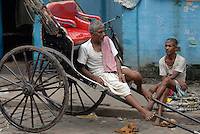 "Asien Suedasien Indien Westbengalen Megacity Kalkutta , Rickshaw Kuli warten auf Kundschaft - Verkehr Transport xagndaz | .South asia India Westbengal Calcutta Kolkatta, rikshaw kuli wait for customer - Megacities transport .| [ copyright (c) Joerg Boethling / agenda , Veroeffentlichung nur gegen Honorar und Belegexemplar an / publication only with royalties and copy to:  agenda PG   Rothestr. 66   Germany D-22765 Hamburg   ph. ++49 40 391 907 14   e-mail: boethling@agenda-fototext.de   www.agenda-fototext.de   Bank: Hamburger Sparkasse  BLZ 200 505 50  Kto. 1281 120 178   IBAN: DE96 2005 0550 1281 1201 78   BIC: ""HASPDEHH"" ,  WEITERE MOTIVE ZU DIESEM THEMA SIND VORHANDEN!! MORE PICTURES ON THIS SUBJECT AVAILABLE!!  ] [#0,26,121#]"