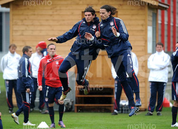 Fussball 1. Bundesliga:  Saison   2009/2010    Training beim FC Bayern Muenchen 14.04.2010 Mario Gomez li. und Daniel van Buyten (re., FCB)