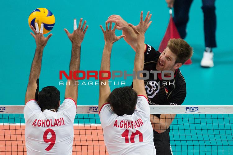 17.09.2014, Spodek, Kattowitz<br /> Volleyball, FIVB Volleyball Men`s World Championship 2014, 3. Runde, Deutschland (GER) vs. Iran (IRI)<br /> <br /> Block / Doppelblock Adel Gholami (#9 IRI), Amir Ghafour (#10 IRI) - Angriff Sebastian Schwarz (#3 GER)<br /> <br />   Foto &copy; nordphoto / Kurth