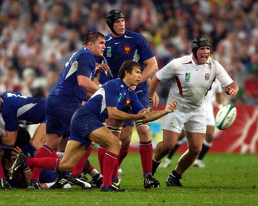 Photo. Richard Lane. .France v England. Semi-final at the Telstra Stadium, Sydney. RWC 2003..16/11/2003..Fabien Galthie gets the ball away.