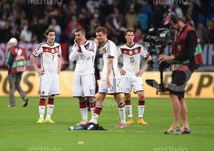 Fussball International EM 2016-Qualifikation  Gruppe D  in Gelsenkirchen 14.10.2014 Sebastian Rudy, Lukas Podolski, Thomas Mueller und Erik Durm (alle Deutschland vlnr) nach dem Spiel enttaeuscht.