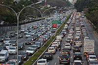 SAO PAULO, SP, 20 DE SETEMBRO DE 2013 – TRÂNSITO EM SÃO PAULO: Trânsito na Av. 23 de Maio, próximo ao Parque do Ibirapuera, zona sul de São Paulo na tarde desta sexta feira. FOTO: LEVI BIANCO - BRAZIL PHOTO PRESS.