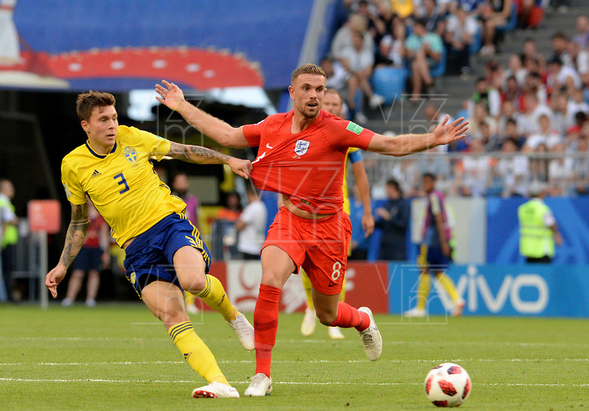 SAMARA - RUSIA, 07-07-2018: Victor LINDELOF (Izq) jugador de Suecia disputa el balón con Jordan HENDERSON (Der) jugador de Inglaterra durante partido de cuartos de final por la Copa Mundial de la FIFA Rusia 2018 jugado en el estadio Samara Arena en Samara, Rusia. / Victor LINDELOF (L) player of Sweden fights the ball with Jordan HENDERSON (R) player of England during match of quarter final for the FIFA World Cup Russia 2018 played at Samara Arena stadium in Samara, Russia. Photo: VizzorImage / Julian Medina / Cont