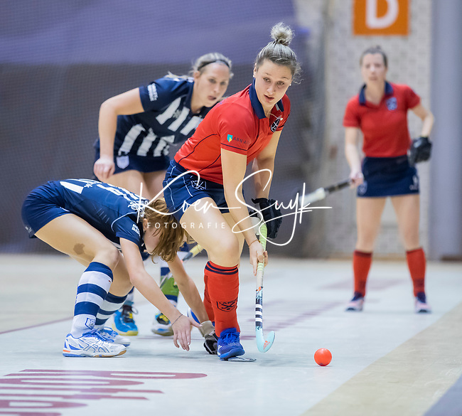 ROTTERDAM  - NK Zaalhockey . finale dames hoofdklasse: hdm-Laren 2-1. hdm landskampioen. Lieke van Wijk (Lar) met Pien van der Heide (HDM)    COPYRIGHT KOEN SUYK