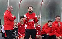 Der neue SKV-Trainer Francisco Ortega mit Interims Co-Trainer Claudio Pascai (l.)- Büttelborn 03.11.2019: SKV Büttelborn vs. SV 07 Nauheim, Gruppenliga Darmstadt