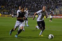 ATENÇÃO EDITOR: FOTO EMBARGADA PARA VEÍCULOS INTERNACIONAIS - SÃO PAULO, SP, 10 NOVEMBRO DE 2012 - CAMPEONATO BRASILEIRO - CORINTHIANS x CORITIBA: Rafinha (e) durante partida Corinthians x Coritiba, válida pela 35ª rodada do Campeonato Brasileiro de 2012, em partida disputada no Estádio do Pacaembu em São Paulo. FOTO: LEVI BIANCO - BRAZIL PHOTO PRESS