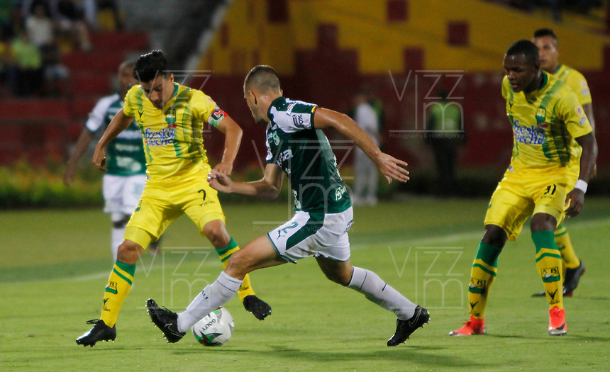 BUCARAMANGA - COLOMBIA, 16-07-2019: Sherman Cardenas del Bucaramanga disputa el balón con Francisco Delorenzi del Cali durante partido por la fecha 1 de la Liga Águila II 2019 entre Atlético Bucaramanga y Deportivo Cali jugado en el estadio Alfonso Lopez de la ciudad de Bucaramanga. / Sherman Cardenas of Bucaramanga fights for the ball with Francisco Delorenzi of Cali during match for the date 1 of the Liga Aguila II 2019 between Atletico Bucaramanga and Deportivo Cali played at the Alfonso Lopez stadium of Bucaramanga city. Photo: VizzorImage / Oscar Martinez / Cont