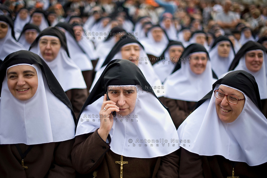 Vatican City, Vatican, October 18, 2015. Suore della Compagnia della Croce in Piazza San Pietro in attesa della cerimonia per la canonizzazione di suor María Purísima de la Cruz. Nuns wait for the arrival of Pope Francis to a canonization ceremony in St. Peter's Square at the Vatican.