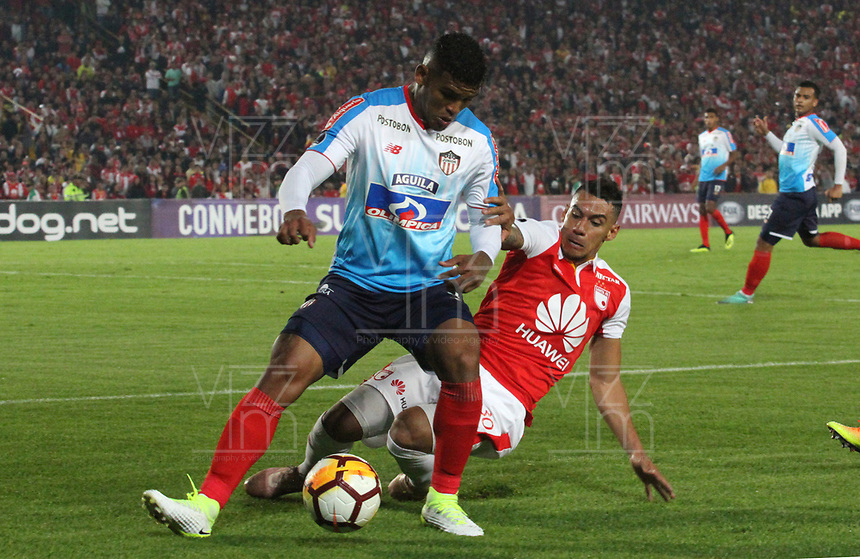 BOGOTÁ -COLOMBIA, 08-11-2018:Yeison Gordillo (Der.) jugador de Independiente Santa Fe  de Colombia disputa el balón con Rafael Perez (Izq.) jugador  del Atlético Junior  de Colombia durante primer  partido por la semifinal   de La Copa Conmebol Sudamericana 2018,jugado en el estadio Nemesio Camacho El Campín de la ciudad de Bogotá./ Yeison Gordillo (R) Player of Independiente Santa Fe of Colombia disputes the ball withRafael Perez (L) Player of Atletico Junior of Colombia during the first match for the semifinal of Conmebol Sudamericana Cup 2018, played at the Nemesio Camacho stadium in Bogotá city.Photo: VizzorImage/ Felipe Caicedo / Staff