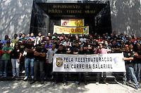 RIO DE JANEIRO,RJ,3 DE SETEMBRODE 2012- AGENTES DA  POL&Iacute;CIA FEDERAL- Na manh&atilde; de sta ter&ccedil;a-feira (3) Agentes da Pol&iacute;cia Federaldo Rio de Janeiro,em greve desde o dia 7 de Agosto, fazem uma manifesta&ccedil;&atilde;o em frente &aacute; Superitend&ecirc;ncia da Pol&iacute;cia Federal, no centro do Rio. A categoria n&atilde;o aceitou a proposta do Governo Federal, que ofereceu 15,8% de reajuste ao longo de tr&ecirc;s anos.<br /> Guto Maia / Brazil Photo Press