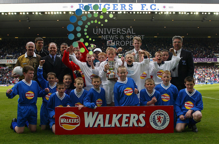 Maurice McDonald.  Walkers Cup Final..Grange Pr school (In White) take the cup after a goal from number 7, against Bonnybridge Pr School..Universal News & Sport..Tel: 07860 910061.