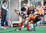 HUIZEN  -   Annabel Weers (HUI)  met Robine Koerts (Gro)  , hoofdklasse competitiewedstrijd hockey dames, Huizen-Groningen (1-1)   COPYRIGHT  KOEN SUYK