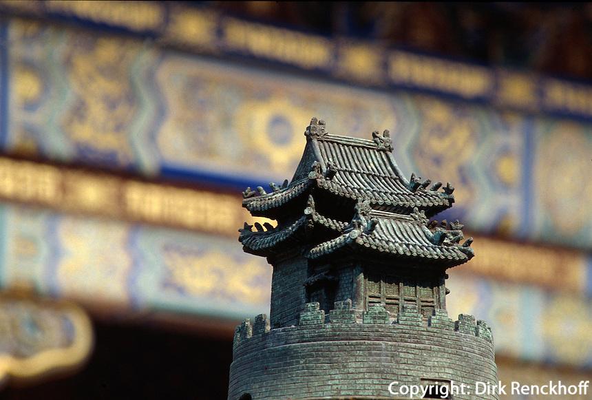 China, Peking (Beijing), Lama-Tempel (Yonghe Gong), Bronzeplastik des Weltberges Sumeru vor der 2. Halle (Yonghe)