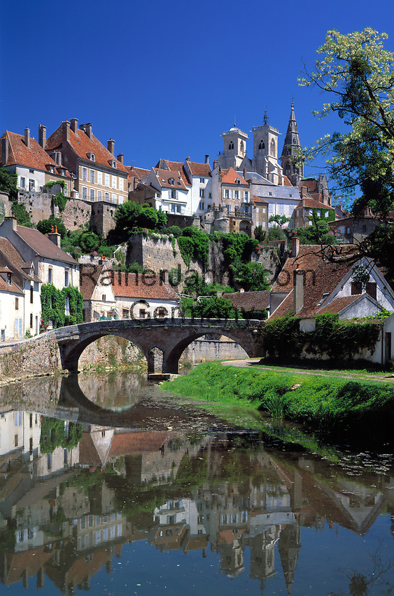 Frankreich, Burgund, Côte d'Or, Semur-en-Auxois: malerische Kleinstadt am Fluss Armançon | France, Burgundy, Côte d'Or, Semur-en-Auxois: picturesque small town at river Armançon