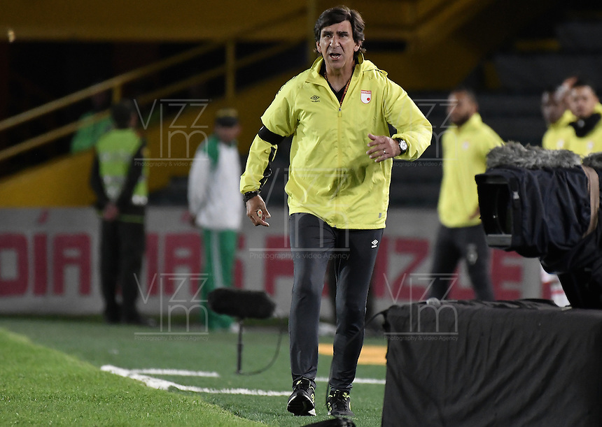 BOGOTÁ -COLOMBIA, 03-12-2016. Gustavo Costas técnico de Santa Fe gesticula durante el encuentro de vuelta entre Independiente Santa Fe y Independiente Medellín por los cuartos de final de la Liga Aguila II 2016 jugado en el estadio Nemesio Camacho El Campin de la ciudad de Bogota.  / Gustavo Costas coach of Santa Fe gestures during the second leg match between Independiente Santa Fe and Independiente Medellin for the final quarters of the Liga Aguila II 2016 played at the Nemesio Camacho El Campin Stadium in Bogota city. Photo: VizzorImage/ Gabriel Aponte / Staff