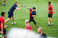 HARRISON, EUA, 21.07.2017 - BARCELONA-JUVENTUS -  Torcedora invade o campo durante treino do Barcelona um dia antes da partida contra a Juventus pela International Champions Cup na Red Bull Arena na cidade de Harrison nos Estados Unidos nesta sexta-feira, 21. (Foto: William Volcov/Brazil Photo Press)