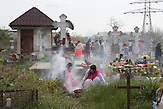 Jedes Jahr, eine Woche nach dem orthodoxen Osterfest, gedenken die Roma im Süden Rumäniens den Verstorbenen. In den frühen Morgenstunden gehen die Familien auf die Friedhöfe und bereiten festliches Essen zu. Die Tradition beruht auf dem Glauben an die Gemeinschaft zwischen den Generation einer Familie. Es heißt die Verstorbenen genießen die Gesellschaft ihrer Angehörigen. Buzau, April 2015<br /><br />Every year, one week after the Orthodox Easter, Roma communities throughout Southern Romania commemorate their deceased. Early in the morning, families go to the cemetery and prepare festive meals and sharing food with friends, relatives and the needy. The old tradition is based on the belief in a certain form of communion across the generations of the same family. The souls of those who passed away are said to enjoy the company of their descendants – and some of the little pleasures of this world.<br />Buzau, April 2015