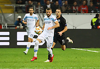 Valon Berisha (Lazio Rom) gegen Mijat Gacinovic (Eintracht Frankfurt) - 04.10.2018: Eintracht Frankfurt vs. Lazio Rom, UEFA Europa League 2. Spieltag, Commerzbank Arena, DISCLAIMER: DFL regulations prohibit any use of photographs as image sequences and/or quasi-video.