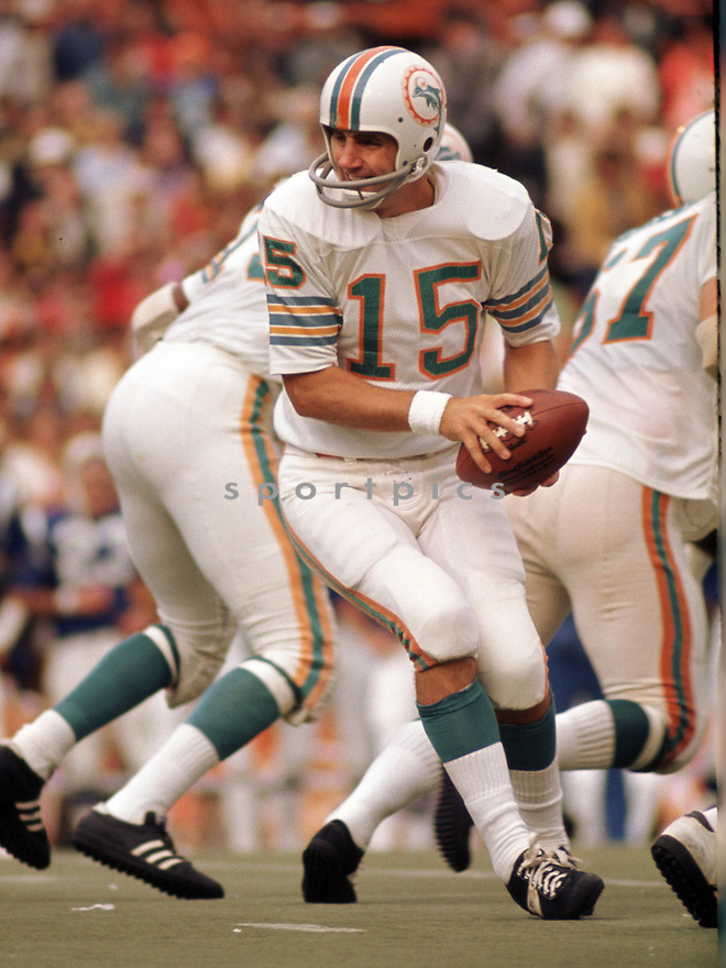 Miami Dolphins Earl Morrall (15) during a game from his 1972 season with the Miami Dolphins. Earl Morrall played for 21 season, with 6 different teams and was a 2-time Pro Bowler.(SportPics)