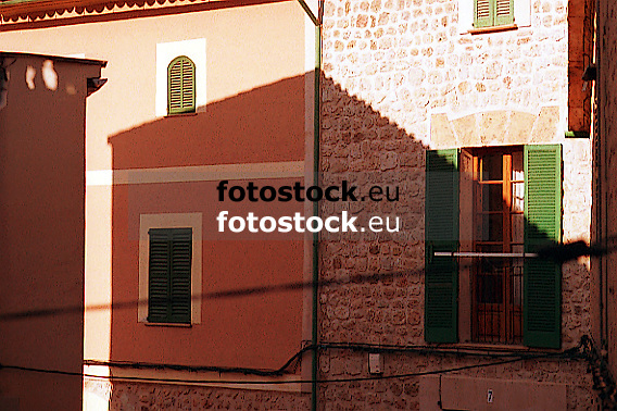 shadow of a house on a wall<br /> <br /> sombra de una casa en un muro<br /> <br /> Schatten eines Hauses auf einer Hauswand<br /> <br /> Original: 35 mm