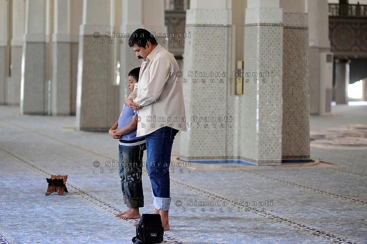 Roma, 11 agosto 2010 Grande Moschea di Roma.Primo giorno di Ramadan.La Preghiera.Padre e figlio.Rome, August 11, 2010 .Grand Mosque of Rome, the prayer.