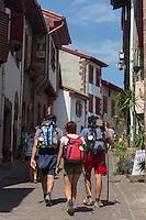 France, Pyrénées-Atlantiques (64), Pays-Basque, Saint-Jean-Pied-de-Port, Pélerins  rue de la citadelle  // France, Pyrenees Atlantiques, Basque Country, Saint Jean Pied de Port, pilgrims rue de la citadelle