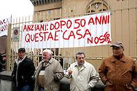 """GLI ANZIANI OSPITI DELL'OSPIZIO """" PADRE LUDOVICO DA CASORIA """" IN VIA POSILLIPO  TEMONO CHE LA CHIUSURA PER LAVORI POSSA DIVENTARE UNA SCUSA PER SFRATTARLI DEFINITIVAMENTE.FOTO CIRO DE LUCA"""