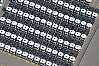 4415/Unikai :EUROPA, DEUTSCHLAND, HAMBURG, 09.06.2005: Abstellflaeche am Unikai, Hafen Hamburg, Fahrzeuge warten auf Verladung, .PCTC (Pure Car and Truck Carrier)  .Nutzfahrzeuge, Spezialfahrzeug, Sattelschlepper Spedition, speditionellen.Abfertigung, Schiffsverladung, RoRo, O'Swaldkai, .Schuppen 48,  Lagerflaeche,  Stellfläche,  Export, Exportwirtschaft, .Luftaufnahme, Luftbild,  Luftansicht