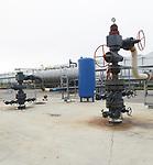 Foto: VidiPhoto<br /> <br /> MIDDENMEER &ndash; Zelfs na vier jaar gaat het nog zeer moeizaam. Het grootschalige project met aardwarmte in het Noord-Hollandse Middenmeer, waarbij van 2300 meter diepte heet water (92 graden Celsius) wordt opgepompt, is bepaald geen hosannaverhaal. Tomatenkweker AgroCare werkt via energiecombinatie ECW samen met zeven andere telers. Het is het grootste aardwarmteproject van de Benelux. Vanwege tal van haperingen moet de tomatengigant echter nog regelmatig de oude warmtekrachtkoppeling (gas) inschakelen als backupsysteem. Bovendien moet de benodigde CO2 -om de plantjes te laten groeien- aangevoerd worden met vrachtwagens, als het al beschikbaar is. Aardwarmte produceert namelijk geen koolstofdioxide. Een weg terug is er echter niet, vertelt vestigingdirecteur Bas Eilander. &ldquo;Het is een lange weg en het is ook niet duidelijk waar de overheid nu precies heen wil.&rdquo; Als het aan AgroCare ligt worden in Nederland eerst de meest vervuilende energiecentrales opgeruimd en pas als laatste het relatief schone WKK opgedoekt. Een toekomst voor de glastuinbouw zonder fossiele brandstof is er op korte termijn nog zeker niet, denkt Eilander. En als de overheid dat toch verplicht? &ldquo;Dan komt de voedselvoorziening in gevaar.&rdquo;