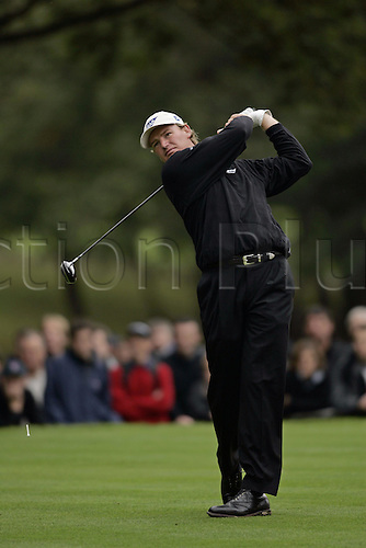 16 Oct 2004: South African golfer Ernie Els (RSA) drives from the 3rd tee during his semi final match against Padraig Harrington (IRE). HSBC World Matchplay Championship, Wentworth, England. Photo: Glyn Kirk/Actionplus....041016.golf golfer wood driving drive
