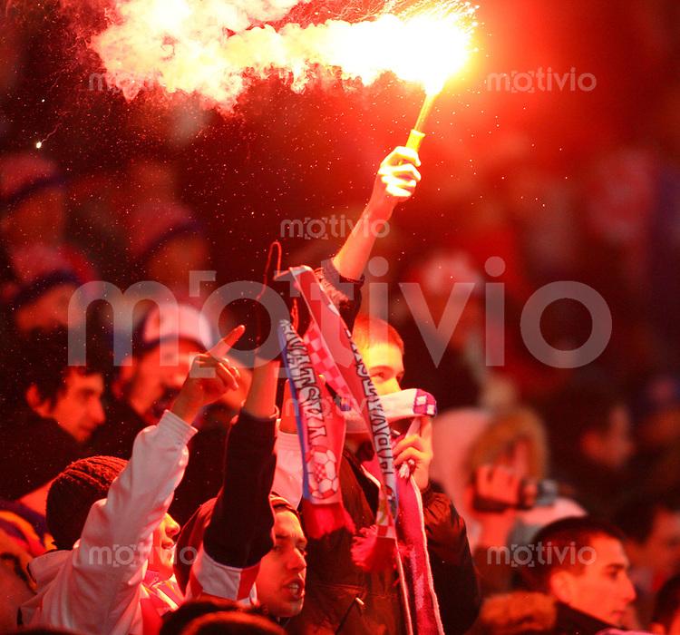 Fussball International Testspiel Kroatien - Argentinien Kroatischer Fan mit Feuerwerkskuerper