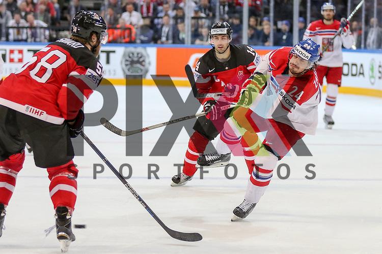 Tschechiens Zatovic, Martin (Nr.24)(Lada Togliatti) nach dem Schuss gegen Canadas Savard, David (Nr.58)  im Spiel IIHF WC15 Canada vs. Czech Republic.<br /> <br /> Foto &copy; P-I-X.org *** Foto ist honorarpflichtig! *** Auf Anfrage in hoeherer Qualitaet/Aufloesung. Belegexemplar erbeten. Veroeffentlichung ausschliesslich fuer journalistisch-publizistische Zwecke. For editorial use only.