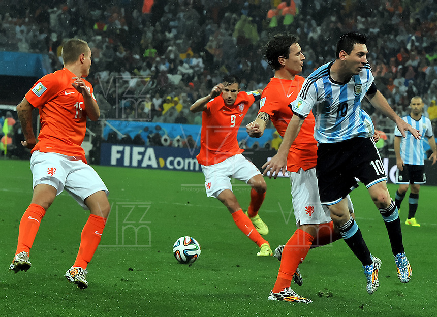 SAO PAULO - BRASIL -09-07-2014. Lionel Messi (#10) jugador de Argentina (ARG) disputa un balón con Daryl Janmaat (#7) jugador de Holanda (NED) durante partido de las semifinales por la Copa Mundial de la FIFA Brasil 2014 jugado en el estadio Arena de Sao Paulo./ Lionel Messi (#10) player of Argentina (ARG) fights the ball with Daryl Janmaat (#7) player of Netherlands (NED) during the match of the Semifinal for the 2014 FIFA World Cup Brazil played at Arena de Sao Paulo stadium. Photo: VizzorImage / Alfredo Gutiérrez / Contribuidor