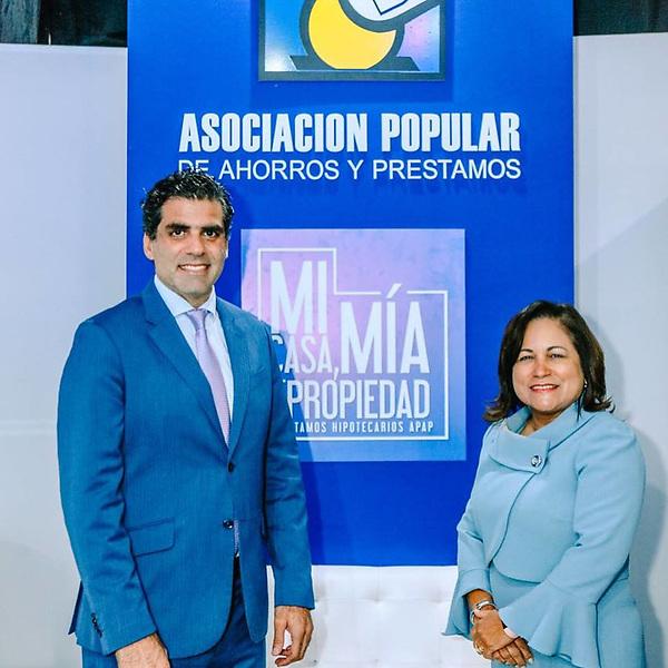 Leandro Sebele Director de Mercadeo de APAP y Nurys Marte VP Negocios de APAP.