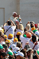 Papa Francesco bacia un bambino al suo arrivo all'udienza generale del mercoledi' in Piazza San Pietro, Citta' del Vaticano, 11 giugno 2014.<br /> Pope Francis kisses a baby as he arrives for his weekly general audience in St. Peter's Square at the Vatican, 11 June 2014.<br /> UPDATE IMAGES PRESS/Isabella Bonotto<br /> <br /> STRICTLY ONLY FOR EDITORIAL USE