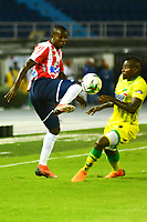 BARRANQUILLA - COLOMBIA, 09-03-2019: Freddy Hinestroza de Atlético Junior disputa el balón con Gabriel Gómez de Atlético Bucaramanga, durante partido de la fecha 9 entre Atlético Junior y Atlético Bucaramanga, por la Liga Águila I 2019, jugado en el estadio Metropolitano Roberto Meléndez de la ciudad de Barranquilla. / Fredy Hinestroza of Atletico Junior vies for the ball with Gabriel Gomez of Atletico Bucaramanga, during a match of the 9th date between Atletico Junior and Atletico Bucaramanga, for the Aguila Leguaje I 2019 at the Metropolitano Roberto Melendez Stadium in Barranquilla city, Photo: VizzorImage  / Alfonso Cervantes / Cont.