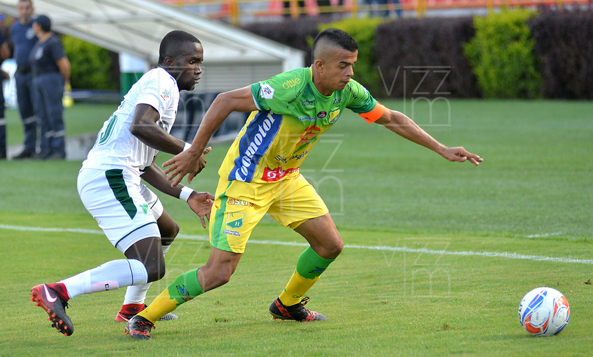 IBAGUÉ - COLOMBIA, 10-02-2018: Omar Duarte (Der.) del Atlético Huila disputa el balón con Kevin Balanta (Izq.) del Deportivo Cali durante partido por la fecha 2 de la Liga Águila I 2018 jugado en el estadio Manuel Murillo Toro de la ciudad de Ibagué. / Omar Duarte (R) player of Atletico Huila fights for the ball with Kevin Balanta (L) player of Deportivo Cali during match for the date 2 of the Aguila League I 2018 played at Manuel Murillo Toro in Ibague city. VizzorImage / Juan Carlos Escobar / Contribuidor