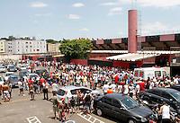 GUARULHOS,SP,04 JANEIRO 2012 COPA S&Atilde;O PAULO JUNIORES - FLAMENGO (SP) x PONTE PRETA<br /> Torcedores agurdam do lado de fora do  Estadio Antonio Soares de Oliveira em Guarulho o jogo entre Flamengo -SPx Ponte Preta teve inicio sem os torcedores que aguardavam a chgada da policia militar para poder entra .FOTO ALE VIANNA - NEWS FREE