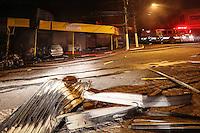 SAO PAULO, SP, 28.12.2013 - EXPLOSÃO DEPOSITO CLANDESTINO - Um deposito clandestino de gas instalado dentro de uma auto-eletrica explodiu no inicio da madrugada deste sabado, 28 na rua Henrique Sam Mindlin, 600 no Jardim São Bento Novo na regiao sul de São Paulo. Com tres vitimas uma em estado grave com 45% de queimaduras no corpo e dois homens do Corpo de Bombeiros com ferimentos leves, encaminhados ao Pronto Socorro da regiao. (Foto:  William Volcov / Brazil Photo Press).