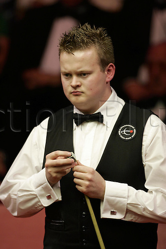 2 May 2005: English player Shaun Murphy chalks his que during the Final of the Embassy World  Snooker Championships against Stevens held at the Crucible Theater, Sheffield. Murphy who was a 150-1 outsider at the start of the tournament became the first qualifier to win the world title since 1979 by beating Stevens 18-16 in the final. Photo: Neil Tingle/Action Plus..050502
