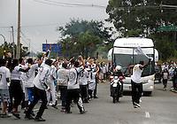 SÃO PAULO, SP,13 MAIO 2012 - CAMPEONATO PAULISTA - SANTOS x GUARANI FINAL Torcedores durante chegada Santos antes da  partida Santos x Guarani válido pela final do Campeonato Paulista no Estádio Cicero Pompeu de Toledo (Morumbi), na região sul da capital paulista na tarde deste domingo (13). (FOTO: ALE VIANNA -BRAZIL PHOTO PRESS).